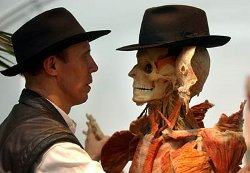 Le docteur Gunther von Hagens et l'une de ses créatures plastinées.