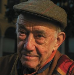 L'artiste performer Daniel Spoerri (1930), cofondateur du Nouveau réalisme avec Yves Klein et Jean Tinguely.
