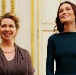 Carla Bruni-Sarkozy et Stevlana Medvedev à l'Elysée, le 2 mars 2010. La robe sans soutien-gorge qui a ému la presse anglaise et choquerait l'opinion américaine. (Source : Pure people)