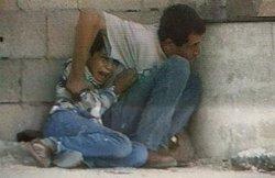 Le reportage de toutes les polémiques : le 30 septembre 2000, à Gaza, Mohammed Al-Dura va mourir sous les balles et dans les bras de son père. La position israélienne de Netzarim est soupçonnée d'avoir tué l'adolescent.