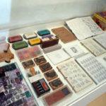 Des milliers de tampons de caoutchouc conservés, collectés, imaginés et créés.