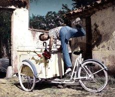 En 2012, Darry Cowl conduirait un triporteur indien à hydrogène. (Source image : cinemovies.fr)