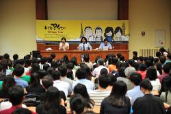 Au cours du jeu des Questions/réponses, seules les femmes ont le droit de poser des questions. C'est plus que de la galanterie puisqu'ils renversent ainsi les codes d'une société profondémment confucéenne où la femme se bat encore quotidiennement contre des préjugés machistes.(© Myung Claire)