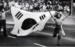 Du 10 au 29 juin 1987, la rue fait plier le pouvoir qui répond enfin positivement au désir de démocratie des Coréens.