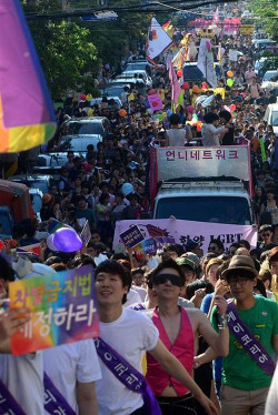 Hongdae se couvre des couleurs de l'arc-en-ciel le temps de la Gay Pride en ce samedi 1er juin (© : Hankyoreh)