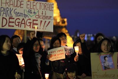 Samedi 2 novembre, manifestation au Trocadéro de résidents coréens lors de la venue de Park Geun-hye à Paris.