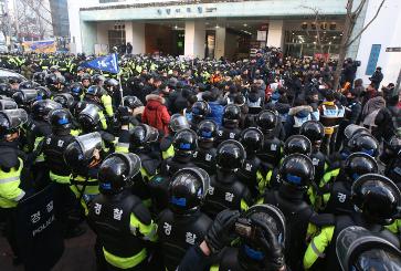 Dimanche 22 décembre, descente de la Police au siège du KTCU à la recherche des grèvistes de KORAIL. 135 personnes sont arrêtées.