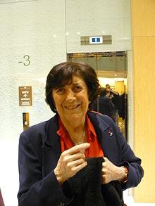 SUC ET RACINES DES MOTS. L'infatigable Henriette Walter (née en 1929) se consacrera à la chimie culinaire. Son co-auteur me souffle qu'elle est « un cordon bleu ». Elle rétorque qu'elle fait de la « cuisine bidon » avouant qu'elle aime « travailler les restes ». Dans son prochain ouvrage, elle ne livrera aucune recette mais l'étymologie des noms de la table. « À l'origine, le terme de viande vient du latin vivenda, ce qui aide à vivre, qui ne désignait pas forcément de la viande, ça pouvait être du poisson  ». Henriette Walter a plein de jolies histoires à raconter. Le pain que l'on partage a donné copains, ceux qui partagent le pain. Elle est « la linguiste qui regarde » et revient au thème du jour, les arbres mais aussi leurs fruits, du latin fructus, participe passé du verbe frui  « faire usage de, jouir de ». « En ce moment, c'est la belle saison des pêches » dit-elle. Pierre Avenas rappelle l'origine perse du nom du pêcher, malum Persicum en latin, c'est-à-dire « fruit de Perse ». Car s'il est originaire de Chine, c'est à partir de la Perse et de l'Asie mineure que le pêcher a été importé en Europe dès l'Antiquité. Les arbres sont des migrants et beaucoup de fruitiers viennent d'Asie. Pour le gourmand, l'amandier est un original : ce n'est pas le fruit mais la graine contenue dans le noyau qui le régale. De sa jeunesse à Sfax, en Tunisie, Henriette Walter a gardé le goût des premières amandes vertes, « Je les mangeais entières. C'était incroyablement bon ».