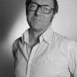 Denis Maillard, théo-expert en entreprise (D.R). Né dans une famille lyonnaise « catho de gauche », il a été marqué à l'IEP de Lyon par les cours de Luc Ferry (« Un pédagogue extraordinaire, Raymond Aron allait assister à ses séminaires sur Kant »). L'apprenti philosophe politique poursuit dans les années 1990 à la Sorbonne, suit Marcel Gauchet et effectue sa thèse « Libéralisme et conservatisme » sous la direction de Philippe Raynaud. Les études mènent à tout : il va être rédacteur en chef des publications de Médecins du monde (il en sortira un essai cruel, « L'Humanitaire, tragédie de la politique » sur l'apolitisme stérile des ONG, Michalon, 2007) avant d'être nommé chef du service de presse de l'Unédic. Depuis cet observatoire privilégié, les questions sociales commencent à le passionner. Il s'aguerrit dans la grande crise dite des « recalculés » et le conflit long des intermittents du spectacle. L'ancien dircom rejoint le cabinet Technologia, sur des sujets variés et cruciaux, du burn-out et des suicides professionnels, des impératifs de gestion et des standards du privé appliqués au secteur public. Il a créé au début de l'année avec Philippe Campinchi, son propre cabinet, Temps commun, qui étudie l'impact des faits de société, et notamment « l'ensemble des radicalités », sur le monde du travail.