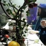 Le Banquet reconstitué en 2014 à Lausanne par l'artiste Massimo Furlan. Les chercheurs en sciences sociales réunis durant des heures autour de la table, n'eurent droit qu'à deux pauses et à ne boire que du vin, selon les règles du symposion.