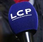 LCP ADN : « La Chaîne parlementaire a été créée par la loi n° 99-1174 du 30 décembre 1999. Celle-ci dispose que La Chaîne parlementaire remplit une mission de service public, d'information et de formation des citoyens à la vie publique, par des programmes parlementaires, éducatifs et civiques. Elle diffuse les émissions conçues et réalisées par deux sociétés de programmes, l'une pour l'Assemblée nationale (LCP–AN), l'autre pour le Sénat (Public Sénat), qui partagent le 13ecanal de la TNT (télévision numérique terrestre). Ces sociétés de programmes, ainsi que les émissions qu'elles diffusent, ne relèvent pas du Conseil supérieur de l'audiovisuel (CSA). » Rapport Pouvoirs publics, 2019.