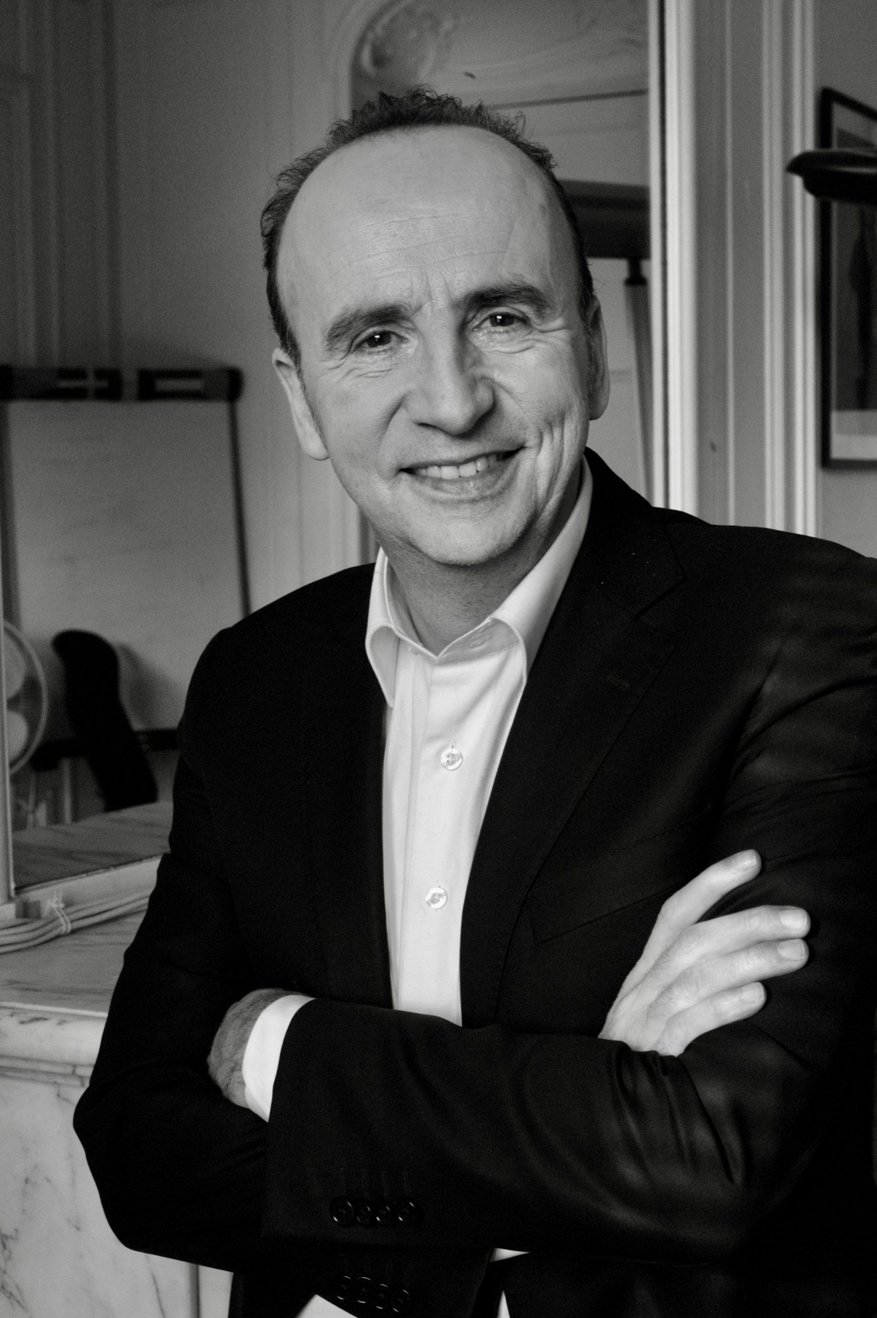 Jean-Pierre Gratien, journaliste-animateur de Débat Doc, émission-phare de LCP. Portrait : Claude Germerie pour Les Influences.